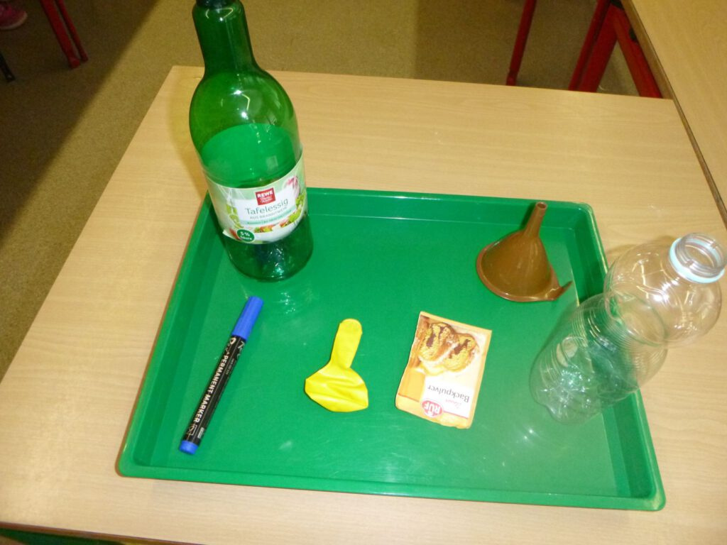 Foto: Das brauchst du für das Essig-Backpulver-Experiment